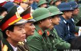 實拍越南新兵入伍現場,綠色頭盔土氣,女友哭泣道別