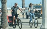 """隨性,""""超級滅霸""""喬什布洛林與小20歲妻子騎三輪車"""