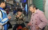 街頭1毛錢小吃攤20年不漲價,意外走紅的江西老奶奶愁兒無房結婚