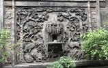 喬家大院的磚雕塞滿錢幣,遊客說這樣可以祈福