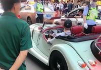 北京現百萬老爺車,惹得路人紛紛圍觀,交警也忍不住多看幾眼