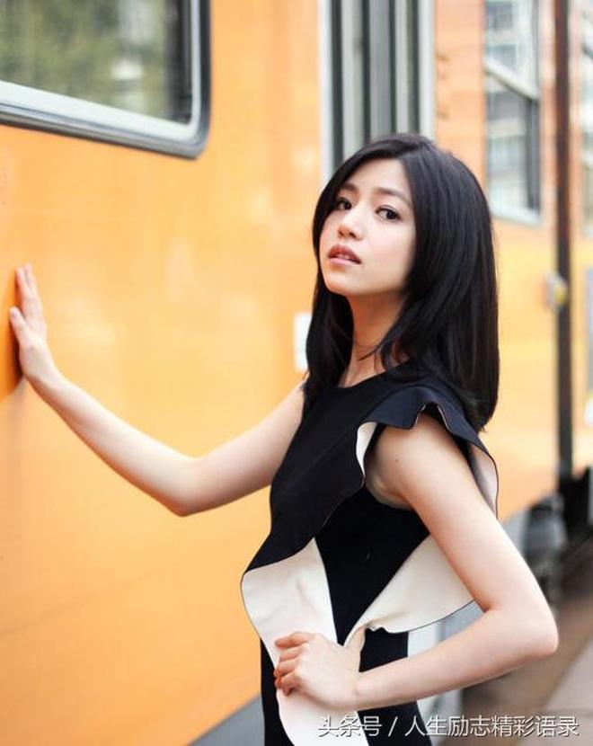 陳妍希不愧是陳曉的妻子,穿衣搭配靚麗迷人