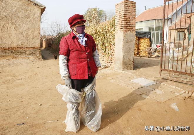農村6旬大娘腿上裹塑料袋幹活,幹一個掙5分錢,一天掙5元,心酸