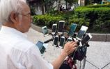7旬老漢著了魔,每天出門自行車上要帶24部手機,他要幹什麼?