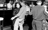 老照片:1949年的上海酒吧,從圖上可以看出那時候已經相當開放了