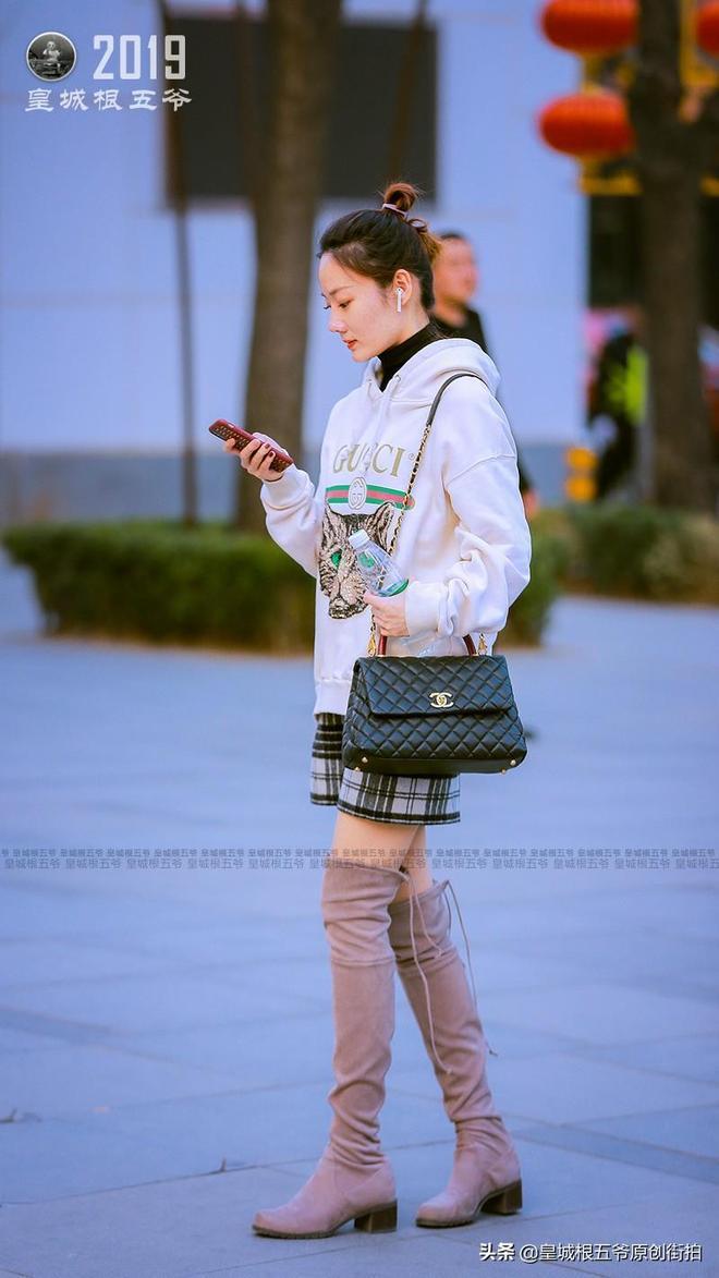 街拍:這些春裝搭配時尚又好看,美女們的穿搭大都簡單優雅時尚