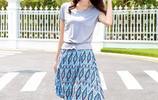 夏日穿上時尚無袖連衣裙,搭配涼鞋或高跟鞋,減齡俏皮女人味十足