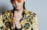 吳亦凡出席盛典一襲金色上衣眼帶墨鏡,真是風流倜儻,帥氣十足!