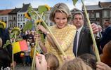 """比利時皇后瑪蒂爾德被小朋友""""圍攻""""紛紛獻花,和藹可親的王妃"""