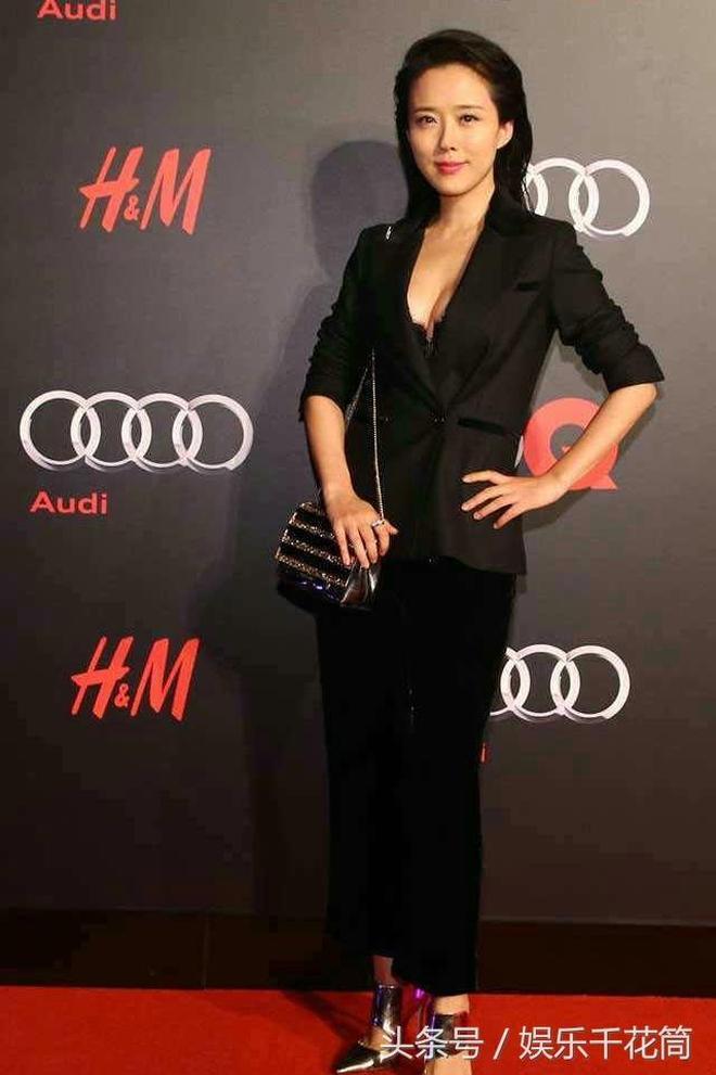 顏丹晨近照,穿黑西裝出席活動,39歲的她臺上自信滿滿