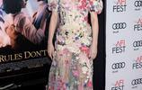 女星海莉·貝內特參加晚會現場,舉手投足都是那麼的美!