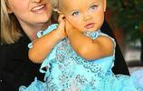 2歲小孩神似芭比娃娃,還沒懂事就被母親賣掉掙了千萬