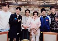 60歲倪萍一家近照,老公顏值一言難盡,殘疾兒子卻是學霸