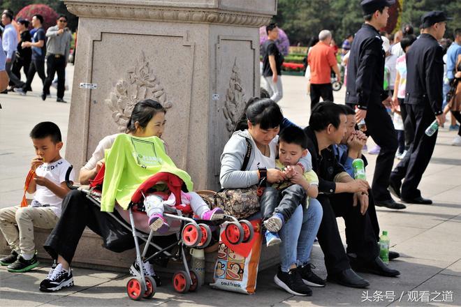 國慶:繼10萬人觀看升旗現場後,天安門現人山人海,遊客花樣留影