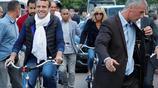 法國總統馬克龍與妻子騎自行車出行 獲民眾圍觀人氣高