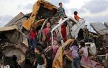 """廢墟堆裡,那一群滿臉微笑玩耍著的小孩們,真的""""快樂""""嗎?"""