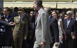西班牙王室現身馬德里書展 王后萊蒂齊亞一身純白惹人注目