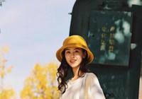 陳都靈牛仔外套配連衣裙,青春俏皮,劉昊然長髮造型,文藝時尚