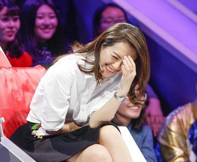 章子怡出席某節目,白衣黑裙露表情包,網友:汪峰真是太幸福了