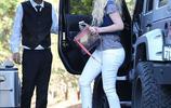 伊基·阿塞莉婭穿著一件白色的緊身牛仔褲,炫耀她豐滿的臀部