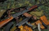 一把被解剖成兩半的AK-47突擊步槍