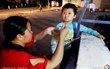 一家四口三人殘疾,女子擺攤掙錢救女兒,用繩子將其拴在三輪車上