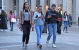 意大利米蘭這些年輕美女,在城市尋找成名機會,穿成這樣會火嗎?