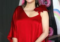 43歲趙薇換新發型美呆了,直髮搭配淺藍色百褶裙,減齡又時髦