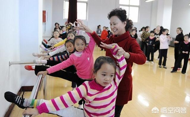 各位同仁們你們學校55歲以上的老教師都在幹什麼工作,有一線代課的嗎?