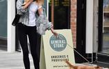金伯利·加納清爽穿搭出街遛狗,造型隨性難擋優雅氣質