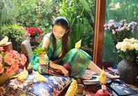最美的體態!60歲楊麗萍晒背影照,網友:工作人員的腿變形了