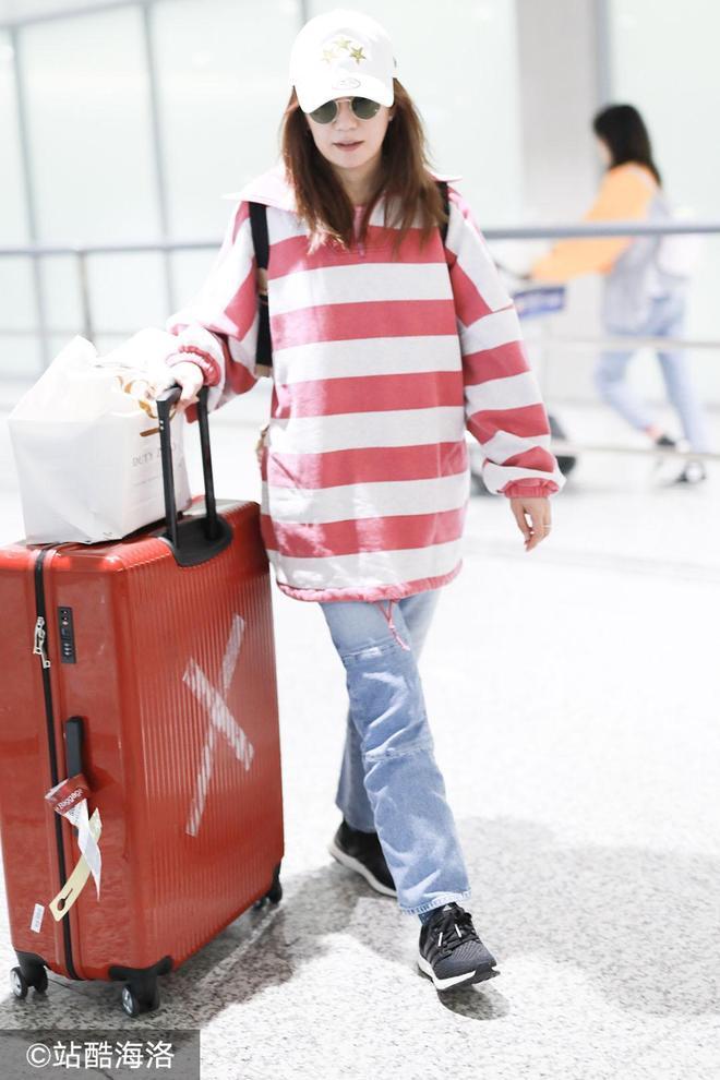 身價過億也勤儉!43歲趙薇穿8千元舊款衛衣扮嫩 粉色暴露少女心