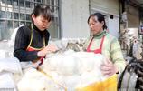鄭州夫妻靠開小店賣饅頭髮家致富,摞38層蒸籠,一天賣出上萬個