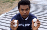 印度男子路邊做的榴蓮烤雞蛋,吸引行人紛紛上前嚐鮮