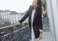 近40歲的張鈞甯,穿白色流蘇裙配西裝,霸氣又優雅實在養眼