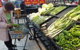 湖北宜昌:市民在超市選購蔬菜 千禧番茄10.8元一斤 價格貴嗎