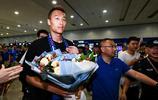 上海綠地申花新援金信煜抵達浦東機場,許多球迷前來迎接金信煜