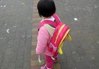爸爸去幼兒園接女兒,女兒說鞋很擠腳,爸爸彎腰一看笑了起來
