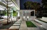 住宅設計:有室內魚池和旋轉樓梯的兩層美宅,住宅雖小但庭院很美