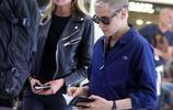 K帥 克里斯汀和超模女友斯特拉 現身巴黎奧利機場!K帥真的是越來越霸氣了,女友則小鳥依人