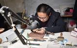 他辭職學習桃核微雕,一件作品賣出1萬3千元,為同村老人免費雕刻