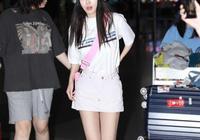 李菲兒厲害,T恤短裙配粉色斜肩包,32歲硬是穿出18歲少女感