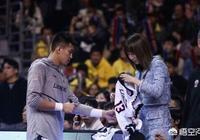 周鵬老婆劉美要郭艾倫的簽名球衣,球迷:周嫂叛變了?郭艾倫的人氣為什麼這麼高?