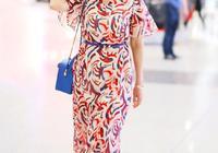 65歲趙雅芝狀態也太好了,穿V領印花裙戴草帽,像少女