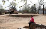 """78歲大媽5歲逃荒嫁到河南,73年沒回過老家,看她""""別墅""""美不美"""
