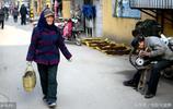 8旬老太每天往返30公里進城賣菜 吃的早餐讓人看了心疼