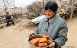 7旬農村大媽端出一盆稀罕美食待客,她說在城裡就是有錢也吃不上