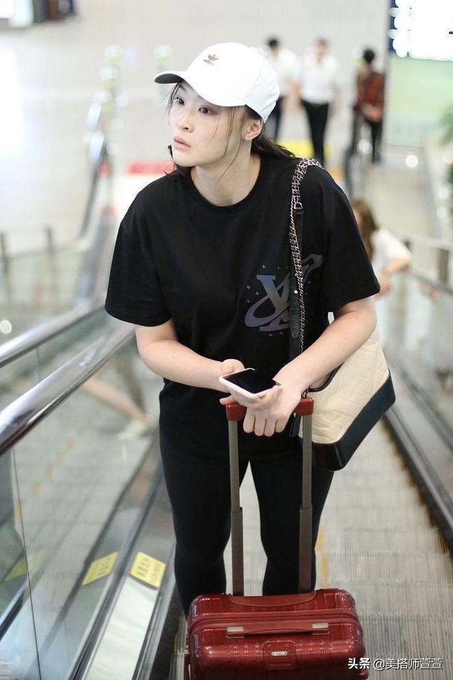 惠若琪一身黑裝自推行李低調無星架,素顏不戴口罩大長腿霸屏