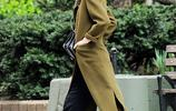 蘿斯·萊斯利現身紐約街頭,穿著氣質純色大衣架墨鏡潮範十足