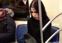 """英國暗黑系女子帶""""超級寵物""""乘坐地鐵,無人敢坐在她身邊"""